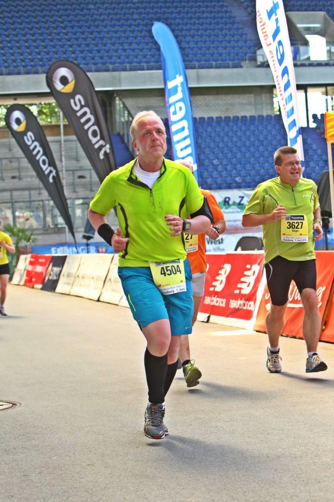 Halbmarathon – Rhein-Ruhr-Marathon Duisburg, 07. Juni 2015: Zieleinlauf in der MSV Arena