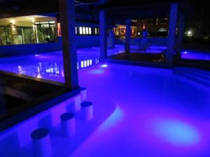 Das Fitzroy Island Resort - Poolbeleuchtung am Abend