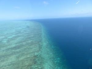Helikoperrundflug - Great Barrier Reef, Riffkante zum Meer