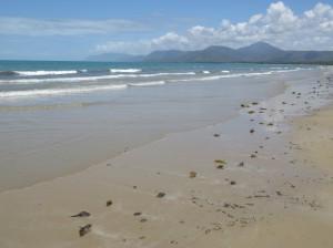 Port Douglas - Der Strand des Four Mile Beach nach etwa 2,5 km Fussweg