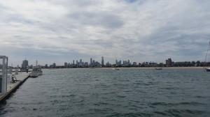 St. Kilda Beach - Ausblick vom Pier auf die Skyline von Melbourne