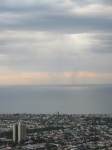 Melbourne - die Dämmerung setzt ein und es regnet in der Ferne