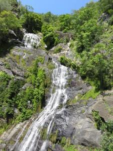 Historische Einbahnfahrt nach Kuranda - Wasserfall am Streckenrand