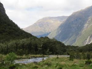 Ausflug nach Milford Sounds - Auf der Rückfahrt, Stopp an einer Frischwasserquelle / Ausblick auf die Berge