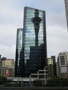 Auckland - Der Sky Tower spiegelt sich im Glas der Nachbargebäude